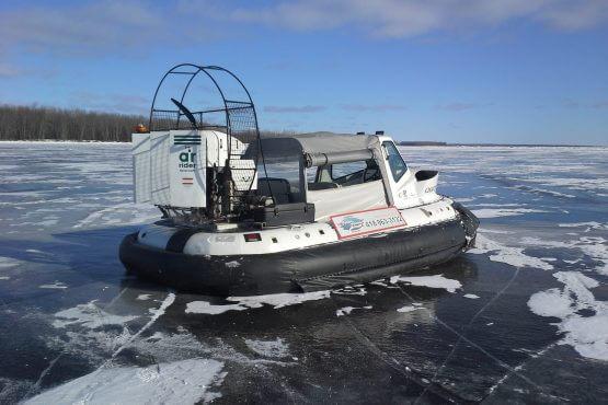 Brise-glace sur le fleuve avant la pêche au petit poisson