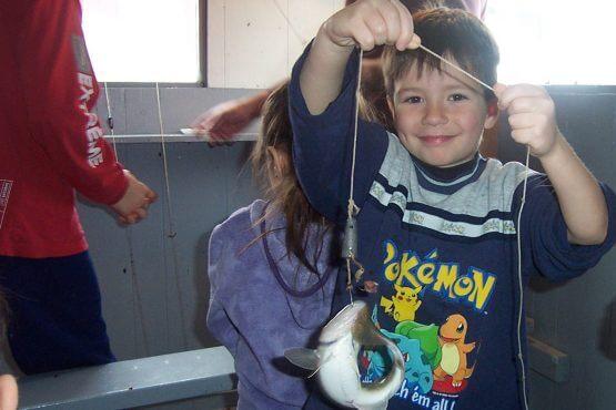 jeune pêcheur de poisson des chenaux