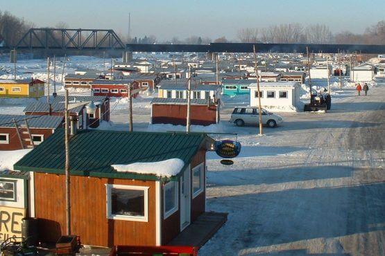 Cabanes de pêche aux petits poissons sur la glace