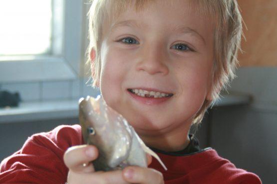 pêcheur de poulamon heureux